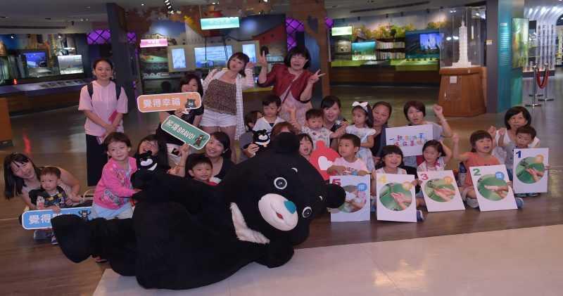 參加熊讚見面會的大小朋友,開心與熊讚合照(台北市觀傳局提供)