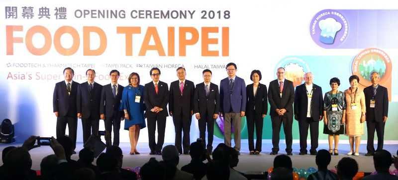 2018台北國際食品5合一展6月27日盛大開幕,外貿協會黃志芳董事長(左七)及眾多貴賓共同揭開序幕。(外貿協會提供)