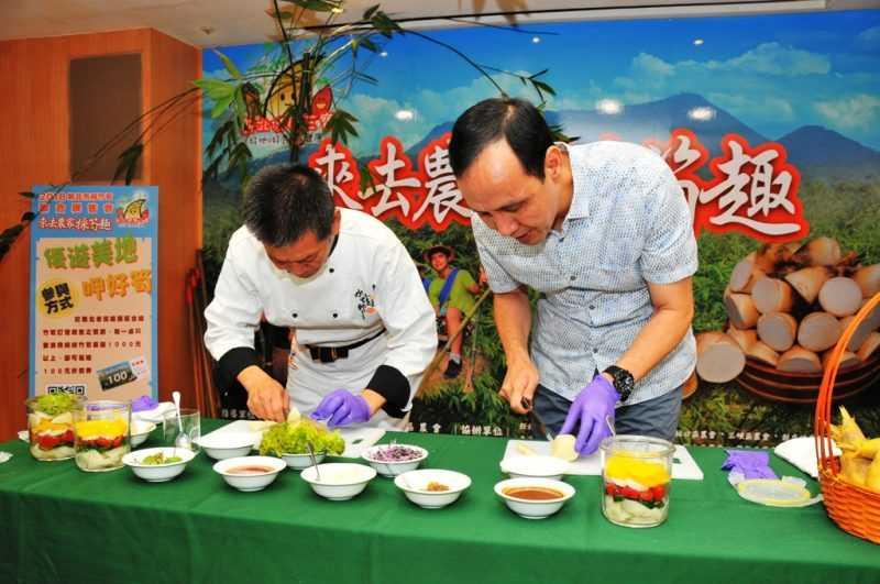 新北市長朱立倫與國宴主廚水蛙師張和錦製作綠竹筍沙拉罐(記者杜明賢攝)