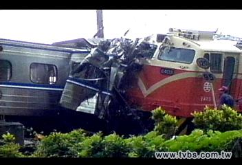 火車對撞/〈快訊〉看錯號誌火車擦撞 釀4死17傷