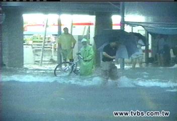 鳳凰颱風/鳳凰路徑似龍王、凱米 風雨驚人