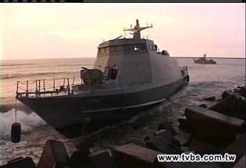 海軍光六快艇擱淺 下卸武器搶救