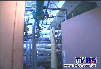 〈獨家〉水管破裂淹大樓 電梯內外下小雨
