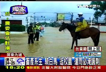 〈獨家〉校園淹水!學生騎馬 坐浮具搞KUSO