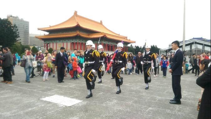 中正紀念升降旗儀式何時結束? 樂團、華僑起爭執