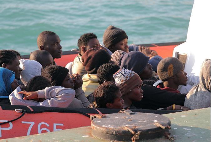 8千人塞船艙冒死偷渡! 船夫竟扔屍體餵鯊魚