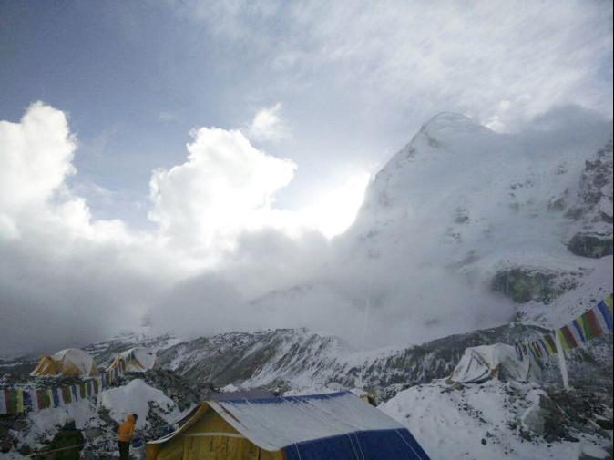 聖母峰大雪崩! 驚險一瞬間登山客全都錄