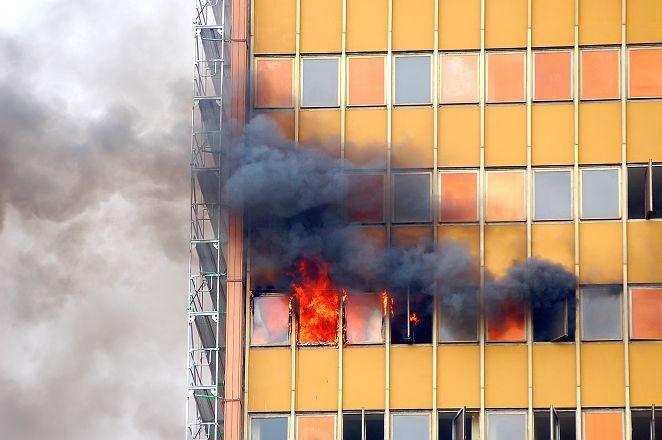 火舌沿電梯井竄升 陸51層大樓驚現「火柱」
