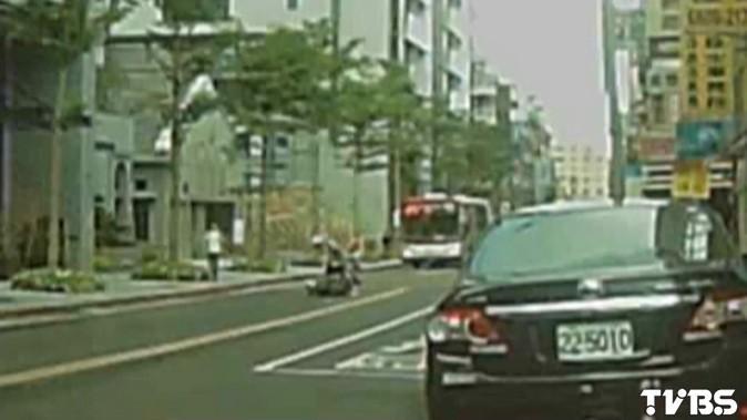 糗了!柯基跳車 騎士馬路「撿狗」翻車
