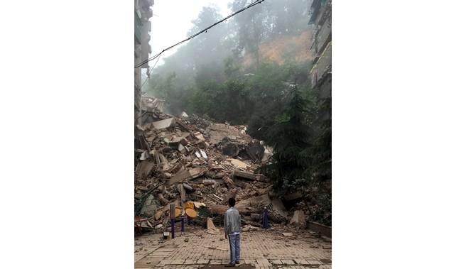 陸暴雨成災 土石流瞬間夷平大樓15人失蹤