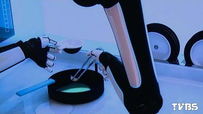 CES首度亞洲行! 「機器人大廚」現身上海