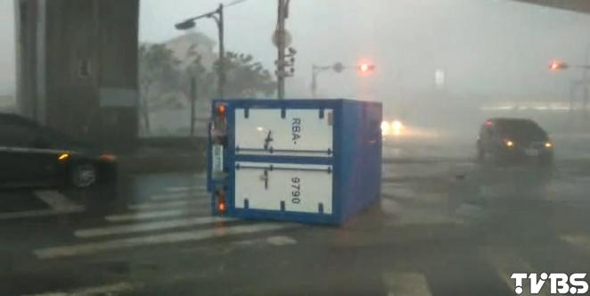 杜鵑強颱風好大!宜蘭市貨車遭吹翻 警消救援