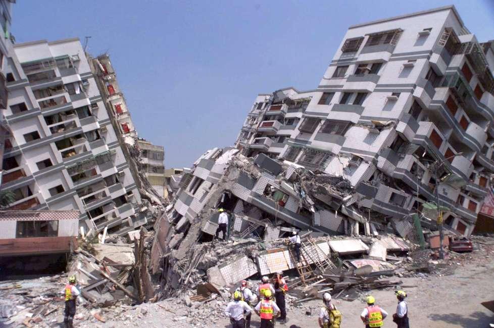 以法令來看,購買中古屋其實有「安全年線」,921大地震後法令規範較嚴謹,要求房屋耐震度更高,因此民國89年可當做中古屋耐震安全標準的分水嶺。