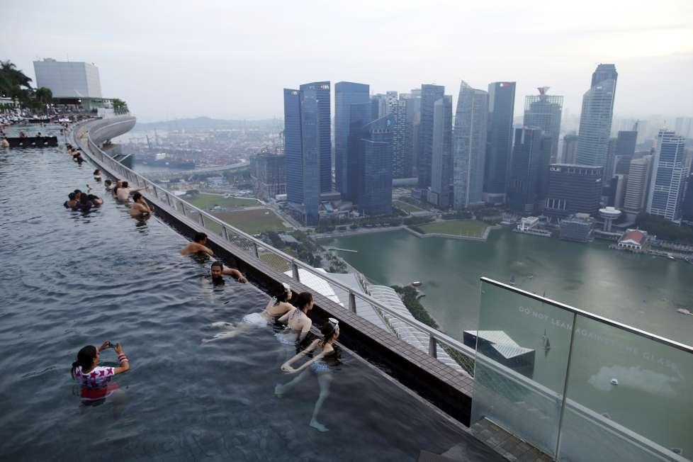 全球最大空中泳池 無邊際挑戰膽量