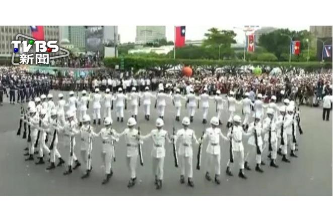【520就職】拋甩6公斤步槍 國軍聯合樂儀隊展現力與美1
