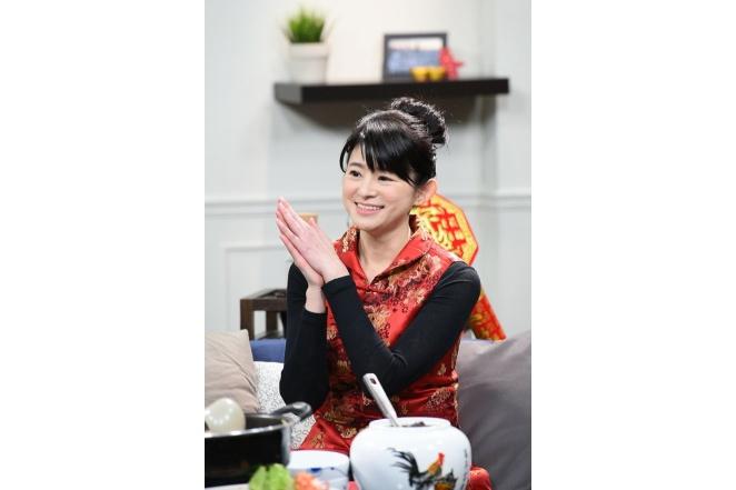 《讚聲大國民》2/1全新改版!蘇宗怡卸主播套裝 紅咚咚「拜年裝」亮相2