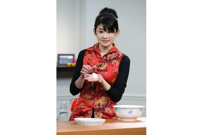 《讚聲大國民》2/1全新改版!蘇宗怡卸主播套裝 紅咚咚「拜年裝」亮相