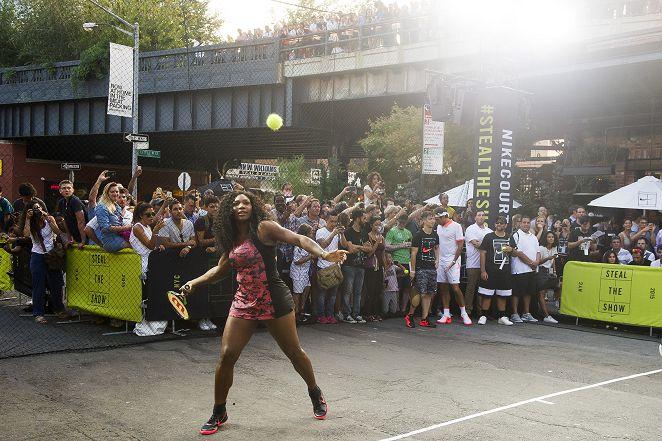 重現經典廣告 11位大咖球星街頭打網球