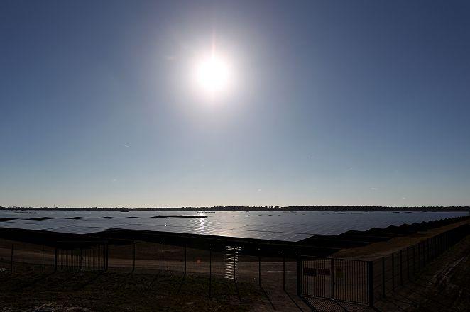萬面鏡子收集陽光 液態鹽蓄熱創新能源