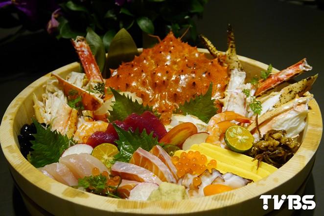 超澎湃!比臉還大的帝王蟹丼 一次吃足14種海鮮