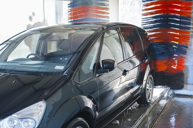 美國發生離奇意外 人被捲入自動洗車機
