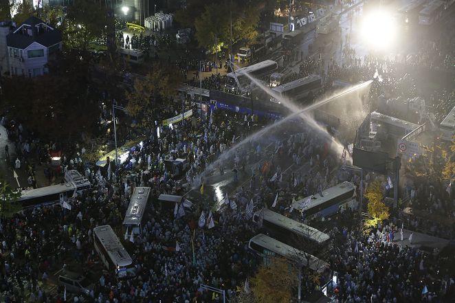 FOCUS/韓13萬人反政府!示威失控 水槍鎮暴